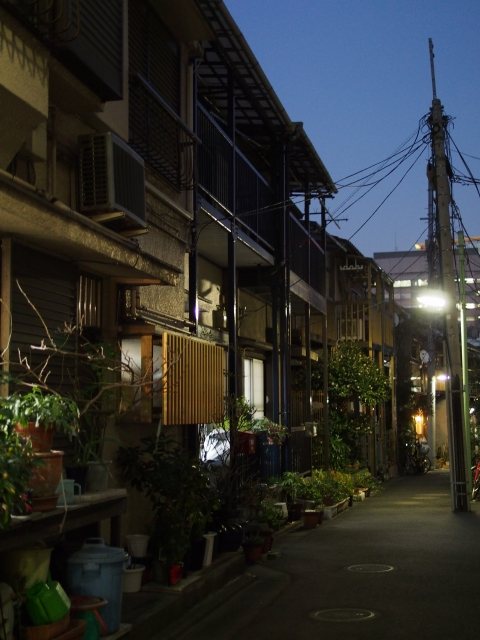 s P2230299 品川宿,高層ビル群のこぼれ陽が当たる路地裏 / alleys in Shinagawa,used to be the last post‐town on the road from Kyoto to Edo.