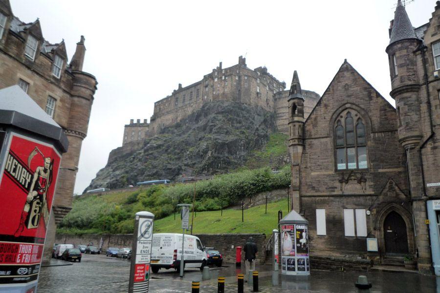 El castillo de Edimburgo visto desde Grassmarket