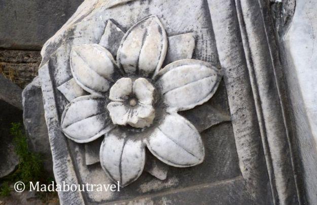 Detalle de un capitel de mármol tallado en el Foro Romano