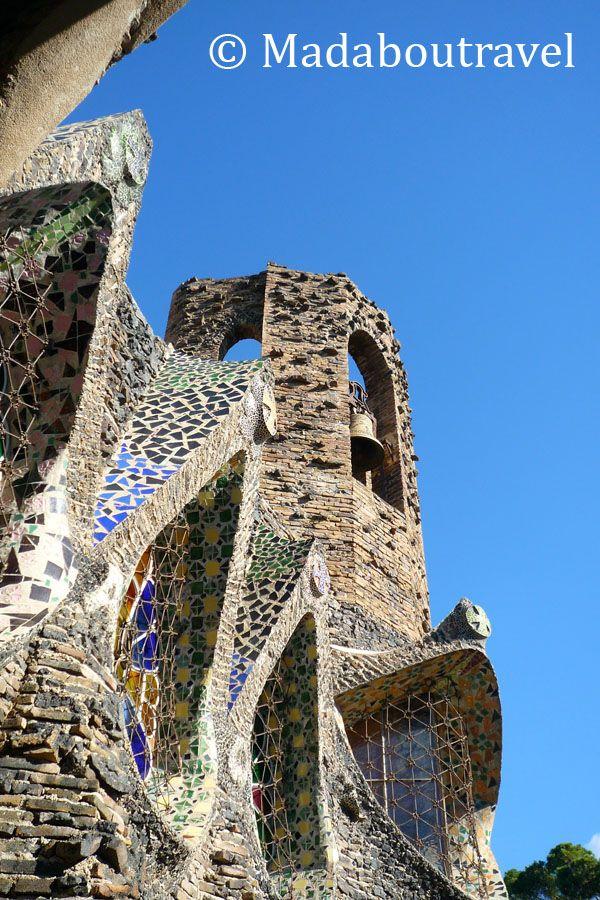Ventanales y campanario de la Cripta de la Colonia Güell