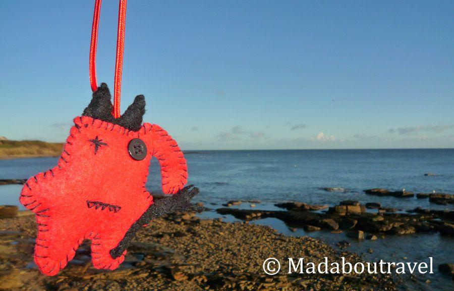El traveler Dimoni a punto de darse un chapuzón en la playa de Crail, Escocia