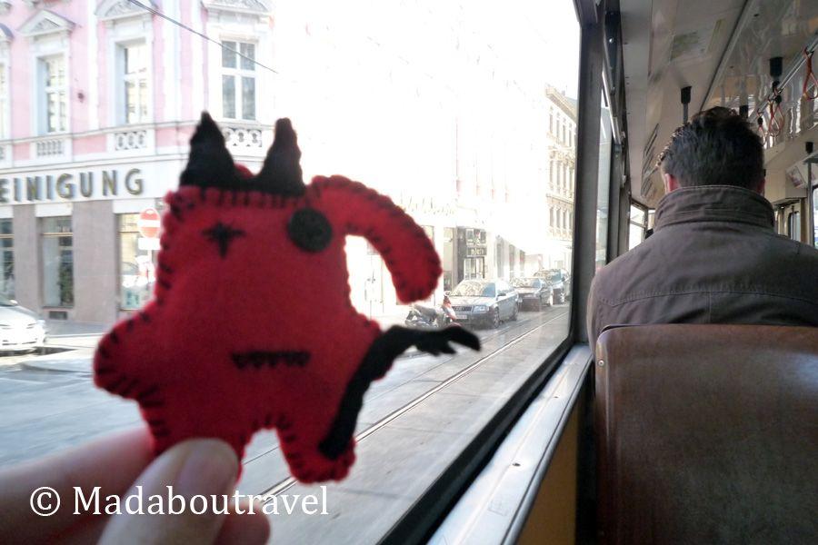 Dimoni explorando Viena en tranvía