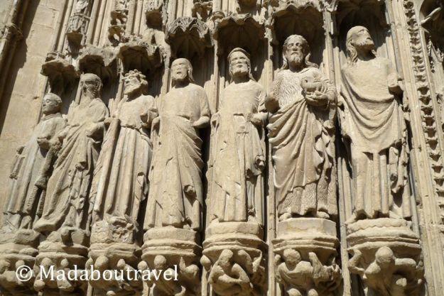 Apóstoles en la fachada de la catedral de Huesca