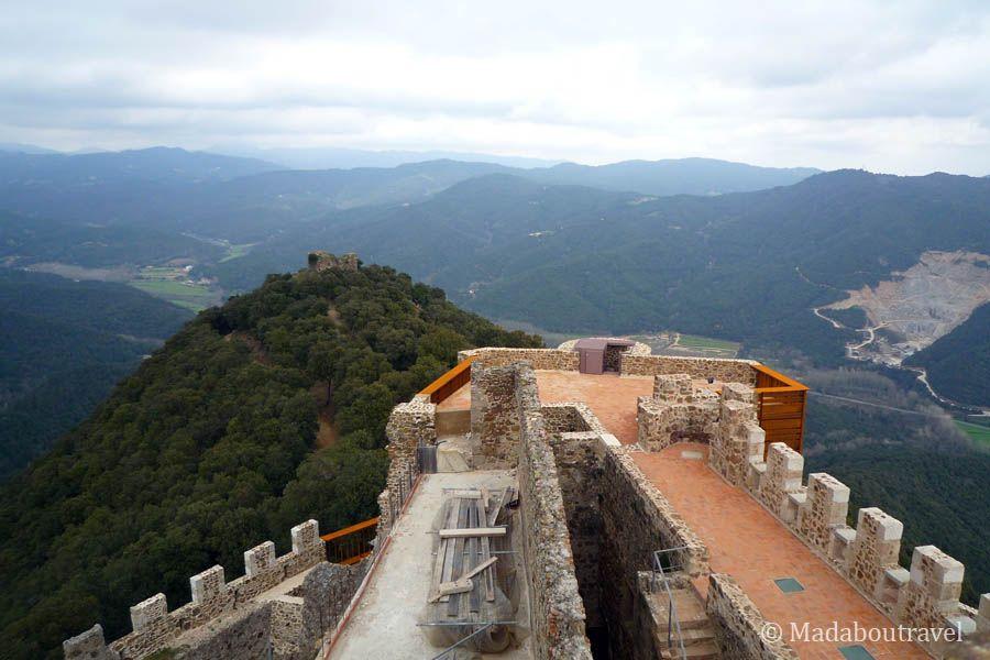 """La """"torre de les bruixes"""" vista desde el Castillo de Montsoriu"""