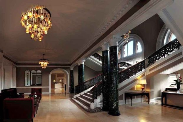 El precioso vestíbulo del Hotel Caledonian