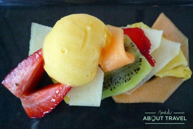 Un postre muy fresco: fruta y helado de mandarina