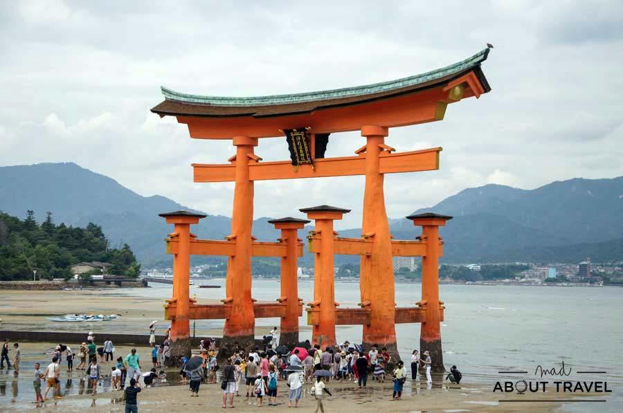 Torii flotante en la isla de Miyajima en Japón