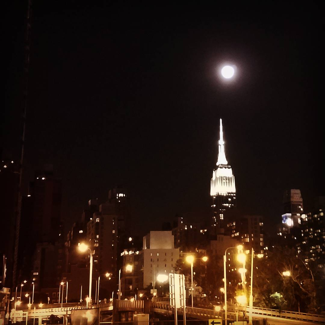 The Empire State Building loves the full moon empirestatebuildingatnight fullmoonovernewyorkcity