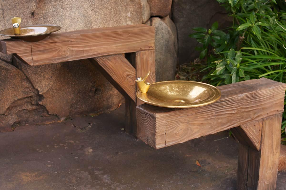 その水飲み場は木製
