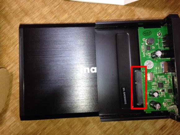 HDDケースとHDDをはめる