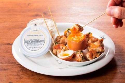 【熟成鶏のたまごフォンデュ名物 トリュフ風味:780円(税別)】半熟卵にトリュフ塩で味付け、ハーブオイルで熟成させた鶏肉を串で刺してフォンデュする楽しい料理です。