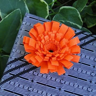 craft_fringed_flower_gift_topper1