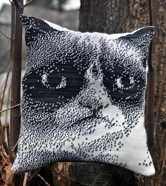 knitted-grumpy-cat-pillow-1