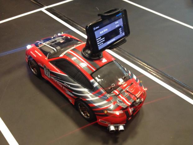 Teléfono Android montado en el coche se encarga de cálculo de datos de los sensores que se le pasan a través de Bluetooth