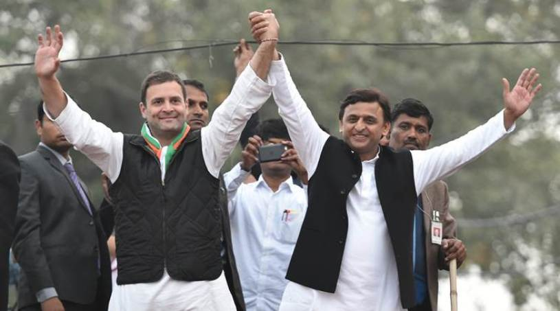 Lucknow: Uttar Pradesh Chief Minister and Samajwadi Party President Akhilesh Yadav and Congress Vice President Rahul Gandhi during their road show in Lucknow on Sunday. PTI Photo by Nand Kumar(PTI1_29_2017_000257A)