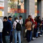 El paro en España baja en abril en 111.565 personas