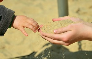 kinderhände Sand