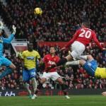 Robin-van-Persie-of-Manchester-United-scores-_3047914