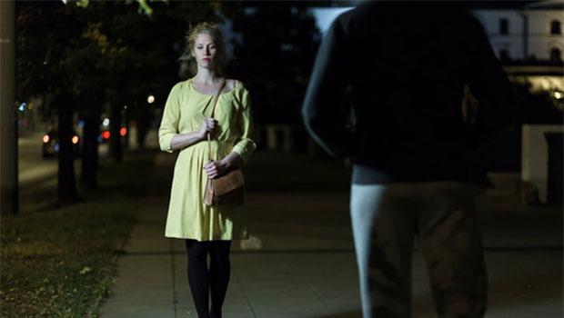 Frau im Dunkeln auf der Straße