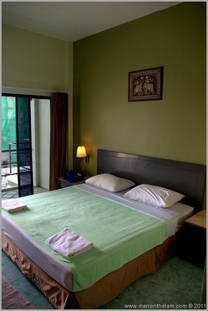 Roomorama Baan Nitra Guesthouse Patong beach, Phuket Thailand bedroom