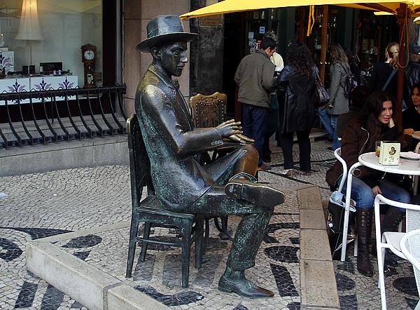 Estátua de Fernando Pessoa em Lisboa