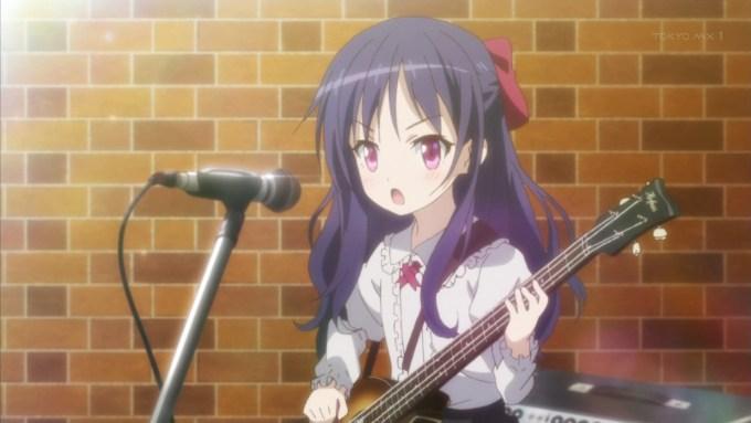 ベースを弾く紅葉谷希美