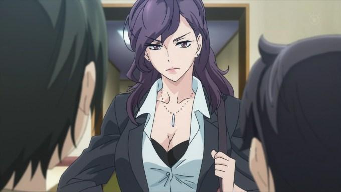 スーツ姿の麻木夏陽子
