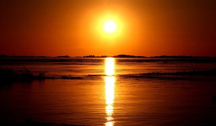 puesta de sol en el rio amazonas