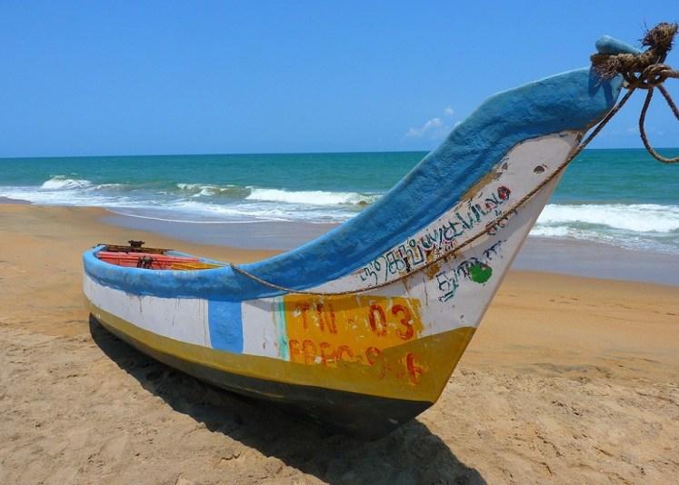 barca en la playa
