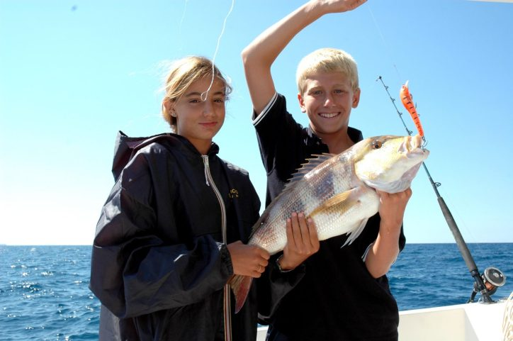 due ragazzini soddisfatti per il dentice catturato