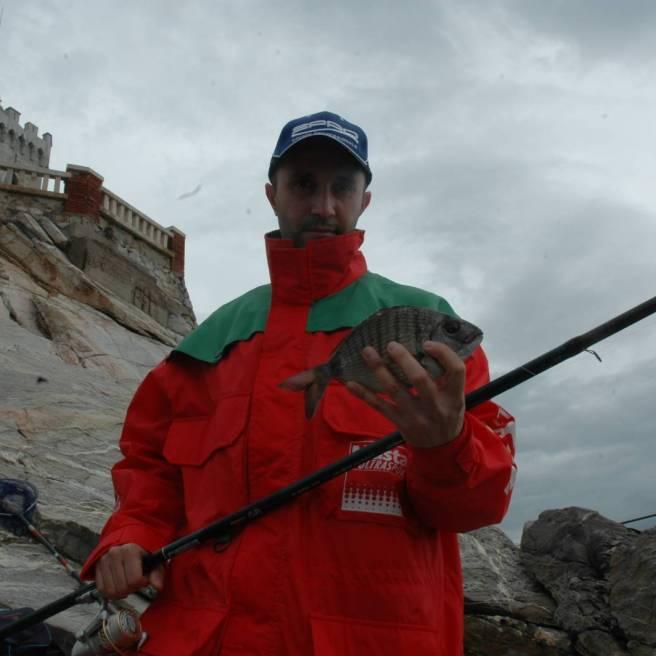 Per la pesca in scaduta è sicuramente da preferire una canna lunga almeno 7 metri per stare lontani dalle onde che infrengono sugli scogli
