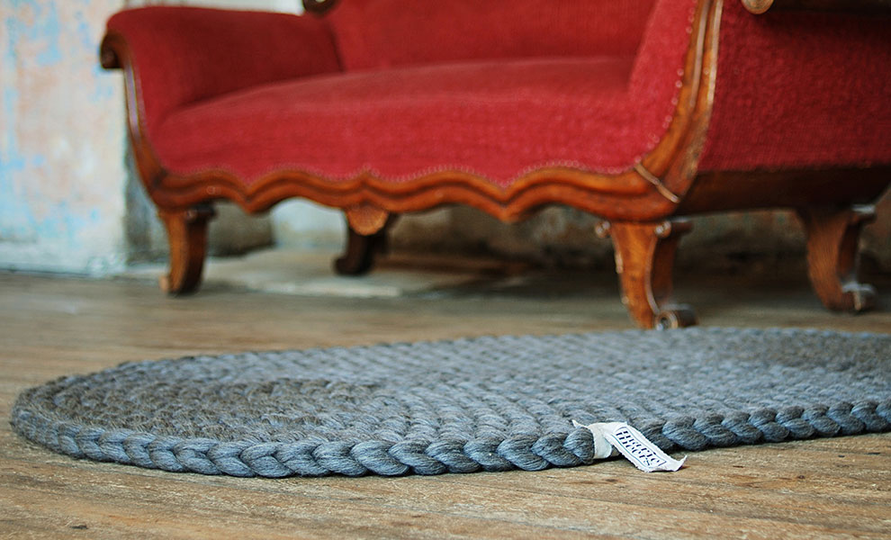 Ovaler-Teppich-grau-Sofa