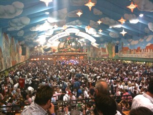 Ein volles Zelt mit lauter Angeheiterten
