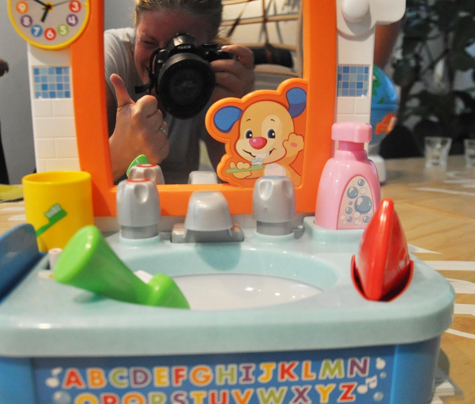 Selfie :-) Schattig is deze wastafel he? Er zitten verschillende speelniveaus en mogelijkheden op.
