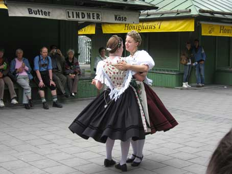 munich850dancinggirls.jpg