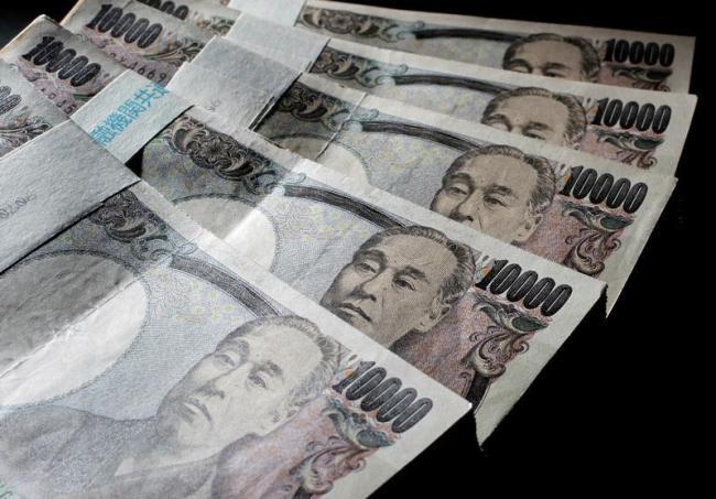 6月28日、財務省は7─9月の流動性供給入札について、残存1年超5年以下の発行額を1回あたり3000億円に増額する実施案を国債市場特別参加者会合で提示した。2010年8月撮影(2017年 ロイター/Yuriko Nakao)