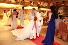 Hellen guiding the couples on the red carpet