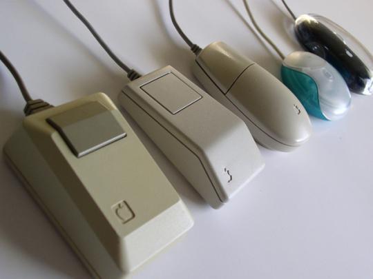 A gauche, la souris livrée avec le Macintosh et le Macintosh Plus.