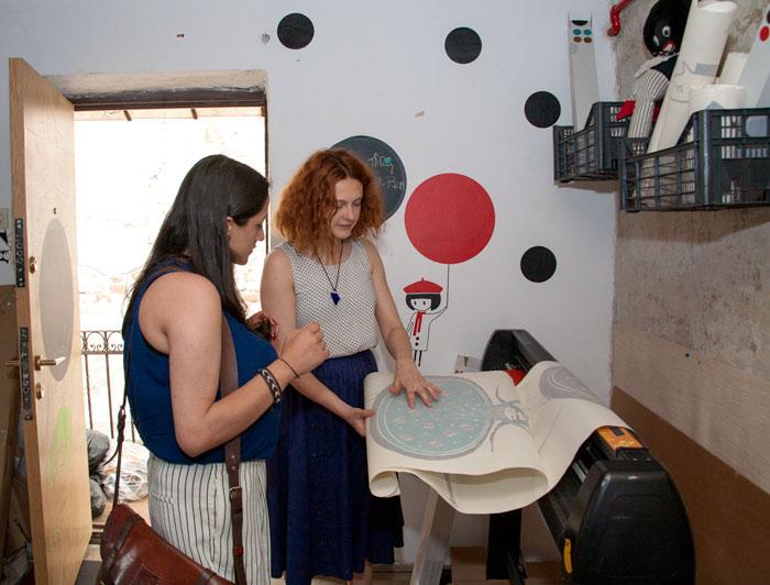 Ana Bănică, prezentând un nou model de autocolant
