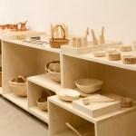 În plan apropiat: obiecte de bucătărie din lemn și coșuri împletite