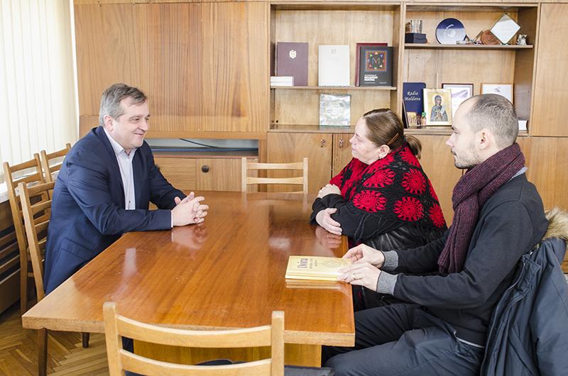 Directorul Radio Moldova, Veaceslav Gheorghişenco, în discuţie cu Teodor Burnar, coordonatorul Matricea Românească, dreapta, şi realizatoarea emisiunii culturale E-LIT.E, Nina Parfentie