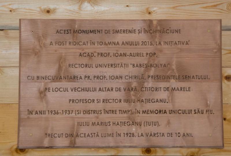 """Placa memorială la biserica refăcută, din incinta Parcului Sportiv Universitar """"Dr. Iuliu Haţieganu"""" de la Cluj"""