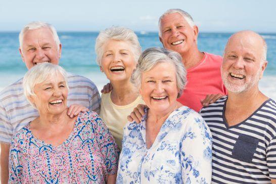海辺で遊ぶ高齢者 (3)