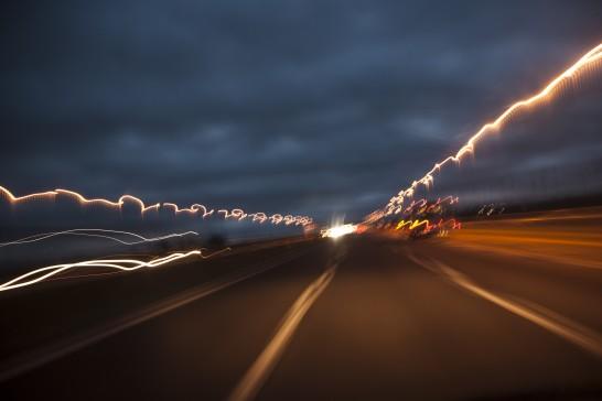 夜の道路と光