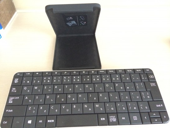 マイクロソフト ワイヤレス Bluetooth キーボード Wedge Mobile Keyboardのカバーを立たせたところ