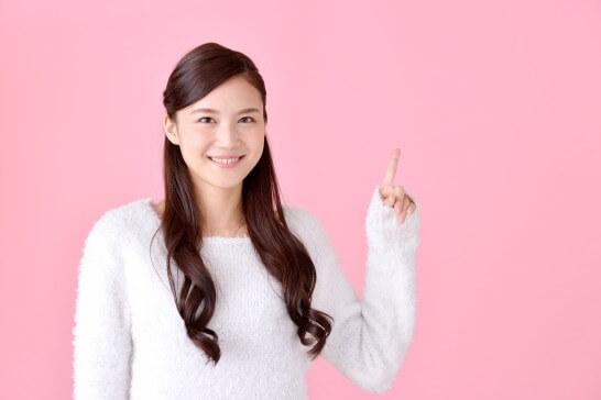 No.1と指を立てる女性