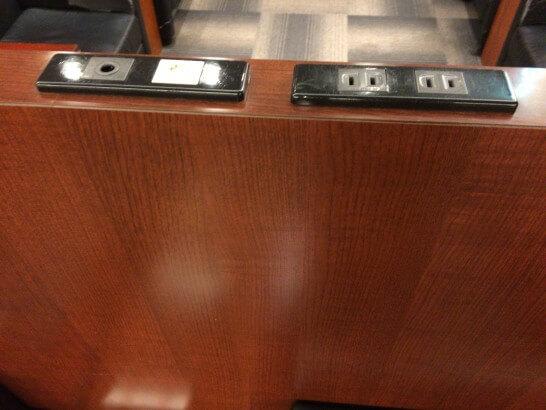 成田空港のラウンジ「IASS EXECUTIVE LOUNGE」の電源コンセント