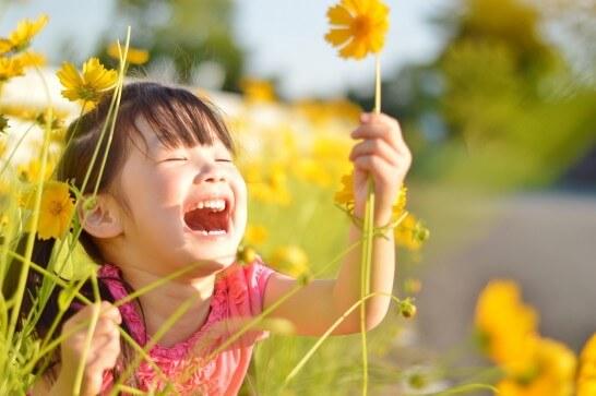 花をつかむ女の子