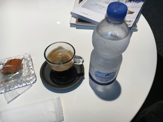 ダイナースクラブ 銀座ラウンジのコーヒー・水・お菓子