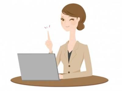 パソコンとウインクする女性